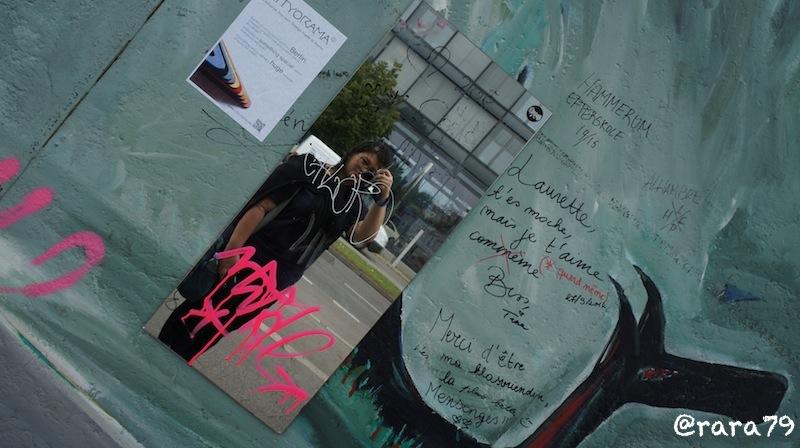 Selain gambar-gambar, ada juga cermin di East Side Gallery - Berlin.
